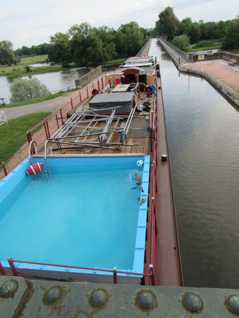 Digoin - Barge with swimming pool???